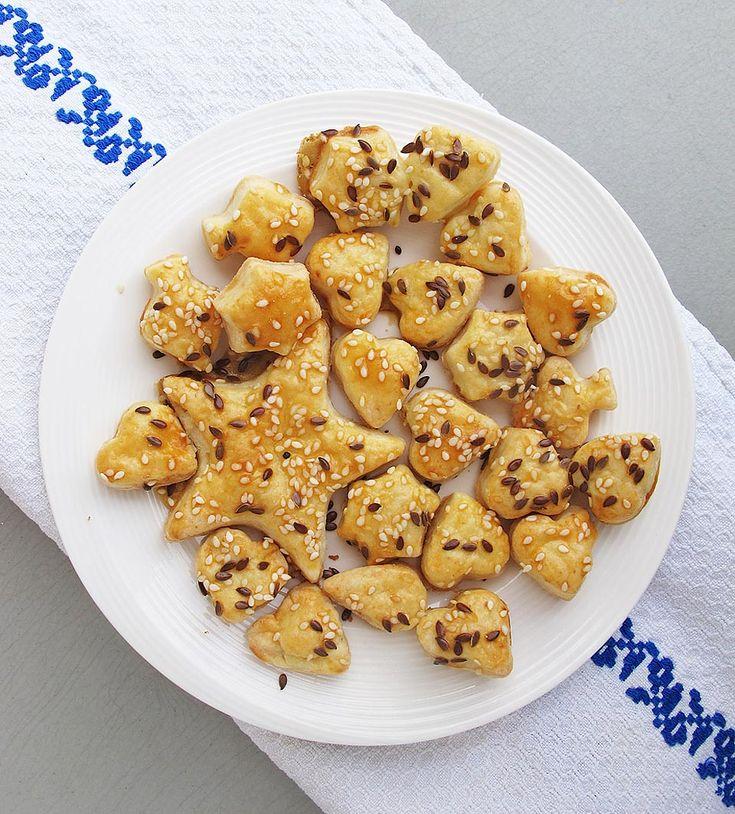 Biscuiti fragezi cu branza, unt si seminte.Dacă e perioada în care copilului îi ies dinți și în special măsele, biscuiții aceștia sunt numai buni de ronțăit.