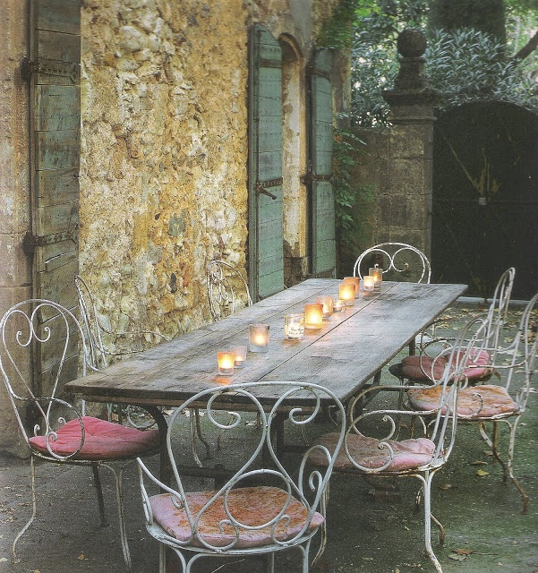 French Home by Josephine Ryan outdoor dining, candelight, edited by lb for linenandlavender.net, here: http://www.linenandlavender.net/2009/08/and-livin-is-easy.html: