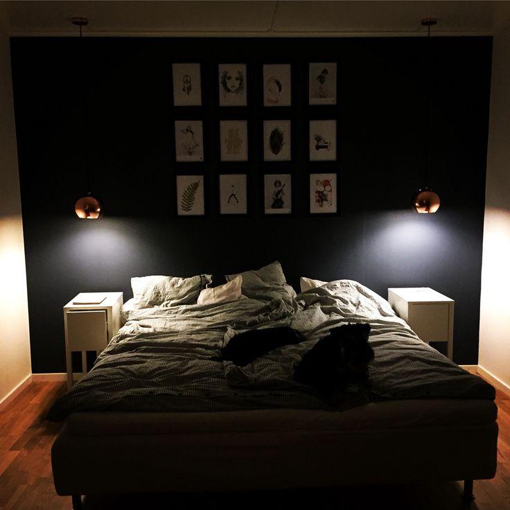 Andra delen av vårt sovrum. Vitt, mörkblått , koppar och en tavelvägg! Lamporna är från Netto.