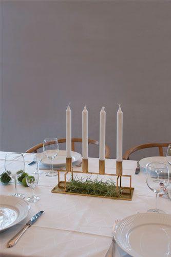 CRUX 4 string er en klassisk og trendy stage til 4 lys. Det 'flade' design, gør den ekstra velegnet til spisebordet. Stagen meget smal og er derfor let at placere i opdækningen. Desuden er den et hit i vindueskarmen. Stagen er meget enkel og stringent. Det minimalistiske design fremhæver din stil og gør din borddækning meget elegant. Dansk design og jul.  #morfo #morfodesign #morfodk #danishdesign #coolchristmas #christmascandle #designcandle