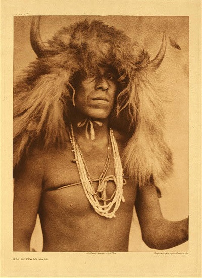 OldWest / EDWARD S Curtis shot Indians. Not with guns and riffles, which was common at the time, but with a camera. His goal was not only to photograph, but also to document as much American Indian traditions as possible before that way of life disappeared. In the first decade of the twentieth century Curtis and his camera with tripod visited more than eighty tribes in North America. The Native Americans portrayed wear the fashion at the time, like a bear parka, a buffalo ushanka hat and a haute couture covering for the head.: American Photo, American Indian, American Art, American Spirit, Sia Buffalo, Buffalo Masks, American Native, Curtis Photo, Native American