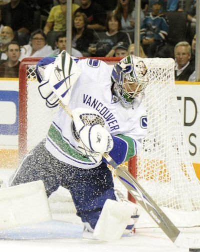 Eddie Lack re-signs with the Canucks