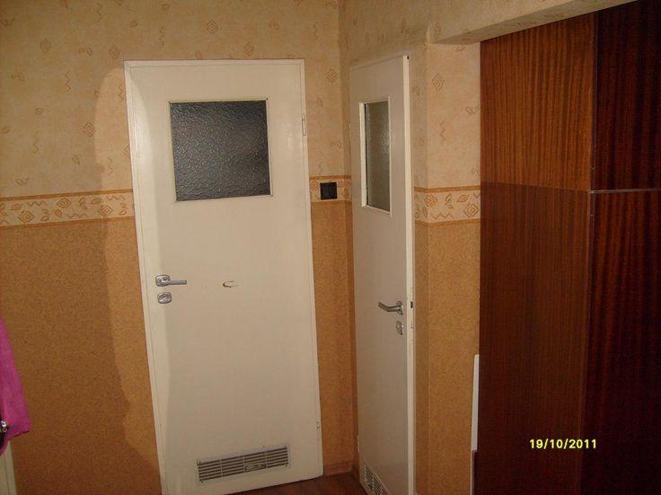 Mieszkanie 3 pokojowe 60 m2, dwustronne, widna kuchnia, przedpokój, łazienka i ubikacja oddzielne. Blok ocieplony zarówno ściany jak i dach, plastikowe okna, na podłogach panele, w łazience i ubikacji kafelki, na ścianach tapety, w kuchni, łazience i ubikacji kafelki, balkon z zadaszeniem, piwnica, domofon, monitoring. Naprzeciw Kinomaxu, bardzo dużo zieleni, blisko do marketów, siłowni i