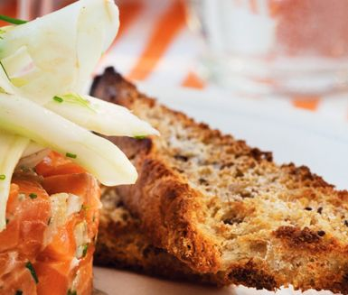 Smakrikt och nyttigt bröd i form av fyra små limpor med havre och linfrön. Ät det som det är eller använd till att göra krutonger att toppa en god soppa med.