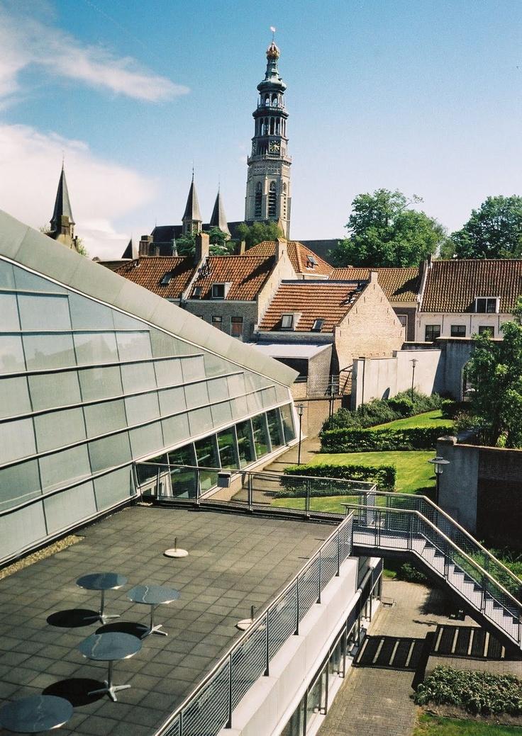Uitzicht op het archiefcafé met terras en de abdijtoren Lange Jan vanuit het raam van de Groene Kamer van het Van de Perrehuis, mei 2006.