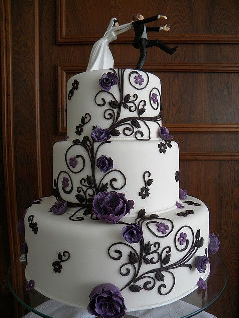 I just love this cake. Great color, great sugar work,amazingly funny topper.