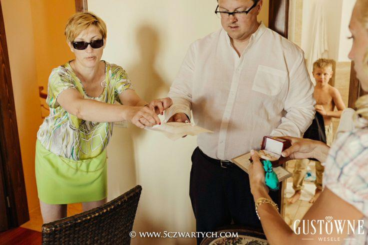 Przygotowania Pary Młodej - przekazanie poduszeczki na obrączki / Preperations of Bride and Groom - presentation by wedding planners from Chic Wedding (Gustowne Wesele) wedding ring pillow