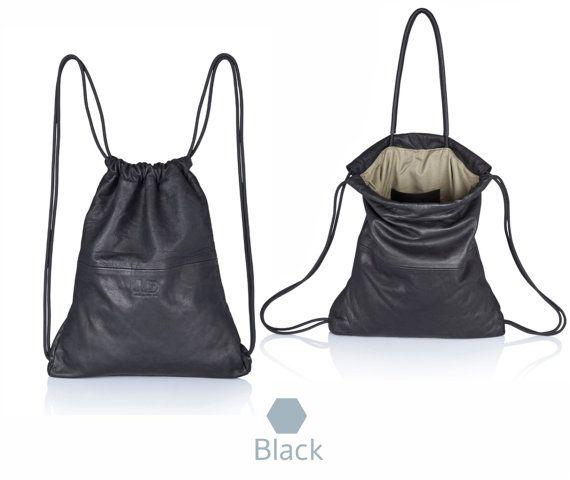 Diese intelligente praktische Mehrwege-Leder-Rucksack kann leicht als eine Tote oder Handtasche, Rucksack tragen oder unter Arm gefaltet. Handarbeit in reichen Prämie italienischen Leder, mit Kordelzug-Verschluss, Leder bedeckt innere Griffe, großen offenen Zelle, geeignet für Laptop bis zu 15, 2 große aufgesetzte Taschen, Geldbeutel & mehr, zusätzliche Handytasche problemlos erreichbar. Diese Ledertasche ist sorgfältig gemacht und ausführliche mit beschichtetem Gewebe Futter, Seine ideal...