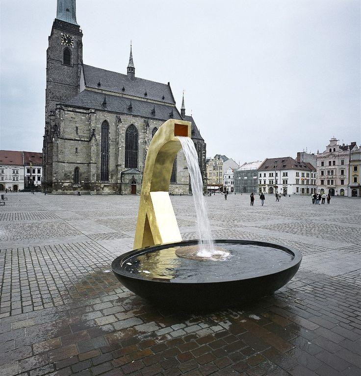 Chrtice, která od soutěže prošla tvarovou změnou a vodu dnes stříká do nádoby eliptického tvaru. | na serveru Lidovky.cz | aktuální zprávy