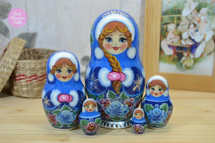 Poupée russe lot de 5.  Matriochka est un excellent cadeau pour votre membre de la famille, cher ou un ami. C'est comme un bouquet de fleurs qui ne se fanent jamais. Poupée gigogne est un symbole d'amour, de soins et de fortes relations entre les gens. Si vous voulez faire un cadeau vraiment unique et original, si vous voulez surprendre et ravir quelquun que vous vous souciez - poupée de matryoshka est un bon choix.  Poupée gigogne deviendra une merveilleuse décoration de votre maison ou…