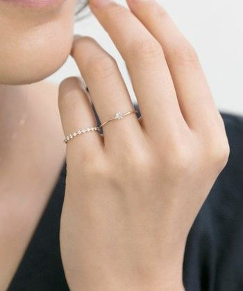 ホワイトトパーズを使った指輪、実はハートの形になっているんです。シンプルなデザインなのでいろんな指輪と重ねづけを楽しめそう。