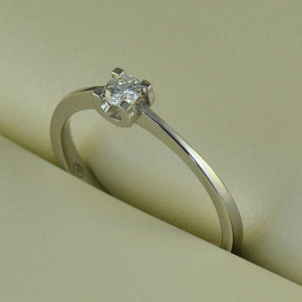 Inel de logodna cu diamant rotund, de aur alb - Artofdiamonds.ro http://www.artofdiamonds.ro/inele-de-logodna-1/inele-de-logodna-cu-diamant/inel-de-logodna-cu-diamant-rotund-de-au #diamante  #ineledelogodnacudiamant #inelcudiamant #diamonds #diamondengagementrings #diamondrings