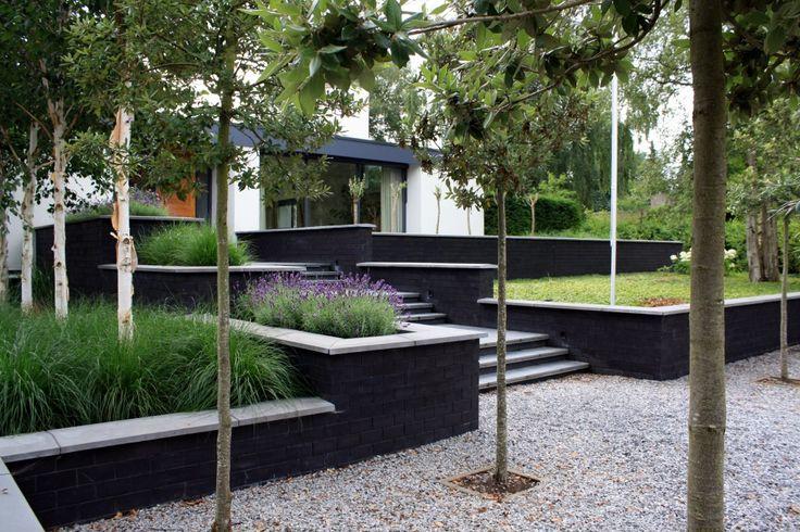 Moderne tuin met strakke lijnen en hoogteverschillen for Moderne waterpartijen tuin