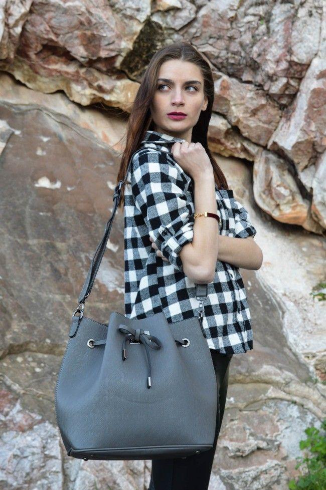 Light Grey Bucket Bag Τσάντα πουγκί σε ανοιχτό γκρι χρώμα με λουράκι που αυξομειώνει το μέγεθός του. Μεγάλη χωρητικότητα, σουρώνει σε όποιο σημείο επιθυμείτε! 25,00 €