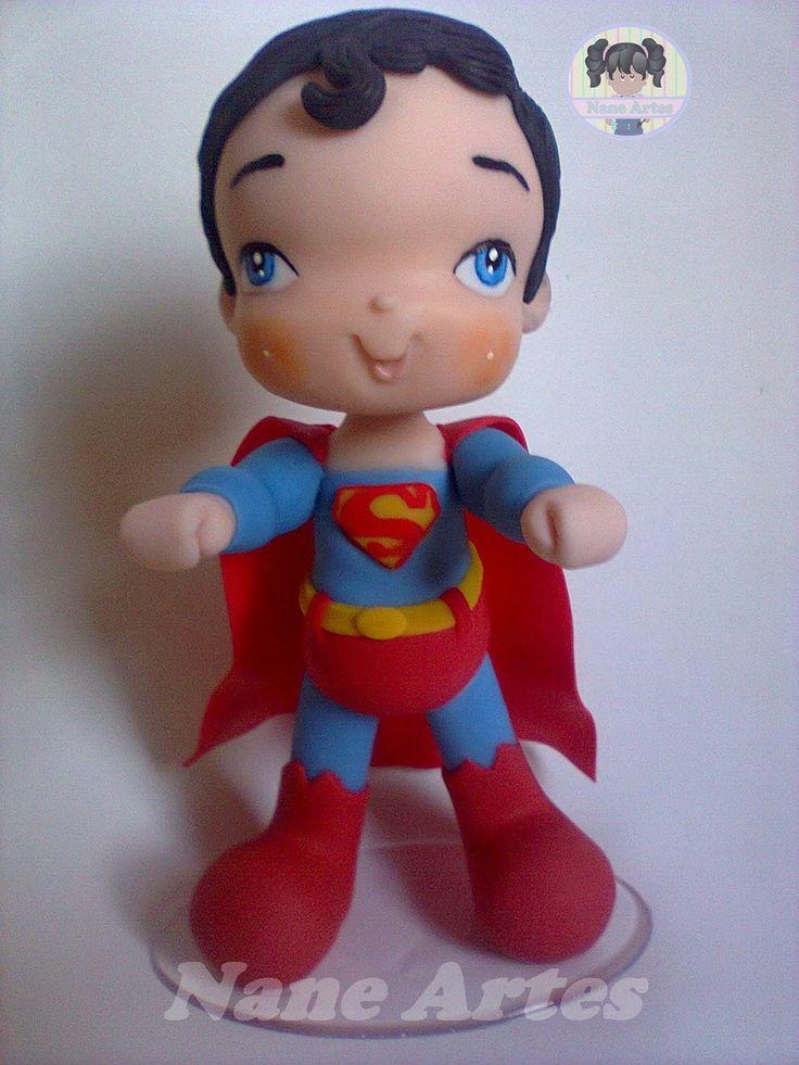 Superman topo de bolo em biscuit, com 18 cm de altura.