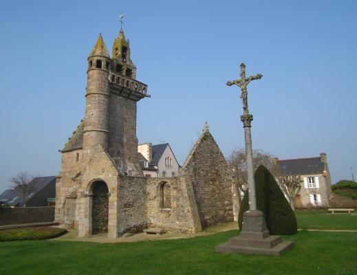L'ancienne église à Henvic 29670 Dominant la baie de St Pol de Léon, la vieille…