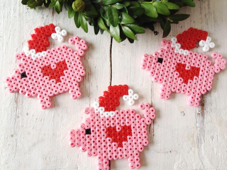 Christmas Pigs Perler Beads Hama Bügelperlen by dassommersprossenmaedchen