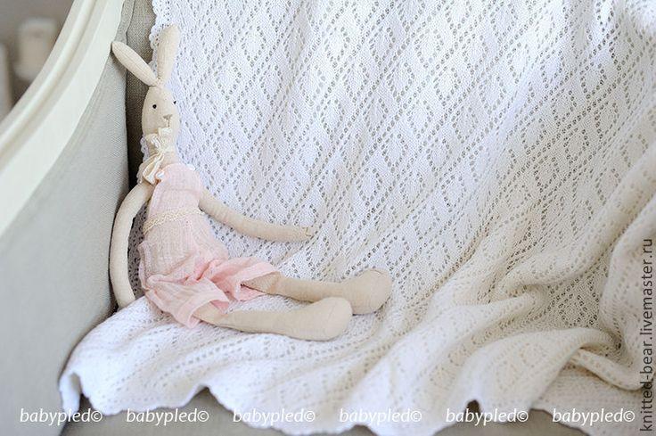 Купить или заказать Вязаный детский плед 'Белоснежный' в интернет-магазине на Ярмарке Мастеров. Вязаный плед - прекрасный подарок к рождению малыша. Он создаёт тепло и уют. Мягкие вязаные пледы для новорожденных можно использовать в качестве конвертов на выписку, как покрывало на кровать, чтобы согреть малыша в коляске. Описание: Двойной плед (без изнаночной стороны) с кружевной обвязкой по периметру. Одна сторона - ажур, другая - лицевая гладь.
