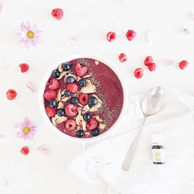 One of my favourite ways to use oils is to add them to my food!!! 🙌🏻 A couple of drops of lemon EO in my smoothie bowl this morning for extra antioxidant and detox benefit. Yasss!!! 🍋💜✨