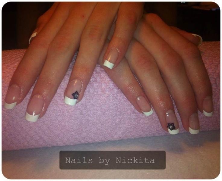 Fransk manikyr på naturliga naglar.