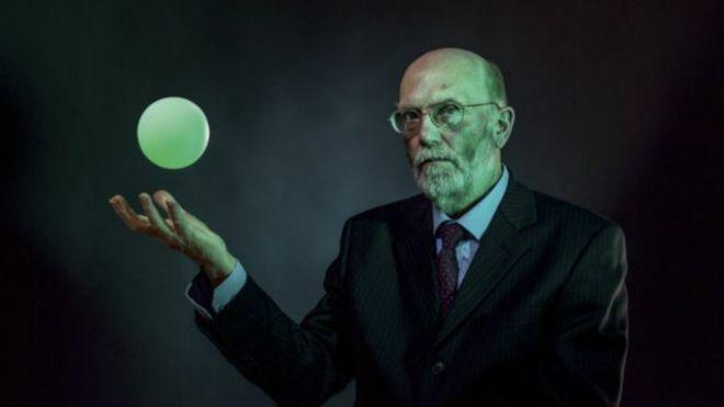 + - BBC: Bem-vindo ao Projeto Greenglow, onde um grupo de cientistas radicais explora a força da gravidade. Na ciência há uma parceria poderosa entre teoria e engenharia. É o que originou a energia atômica, o acelerador de partículas LHC (Large Hadron Collider ou Grande Colisor de Hádrons) e os voos espaciais, para citar exemplos …
