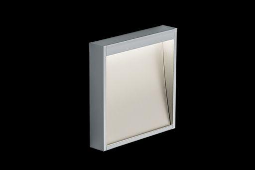 Extrem flache, bodennahe LED Wandaufbauleuchte. Hauptlichtaustritt 100 % direktstrahlend, asymmetrisch, ca. 45°. Lichtverlauf bis an die Wand. Gehäuse aus natureloxiertem Aluminium. Montage auf Hohlwand oder über Unterputzdose, wie sie auch für Schalter oder Steckdosen verwendet wird. Externer Nimbus-Konverter erforderlich. Der Konverter kann in die Unterputzdose integriert werden (Einzelkonverter).