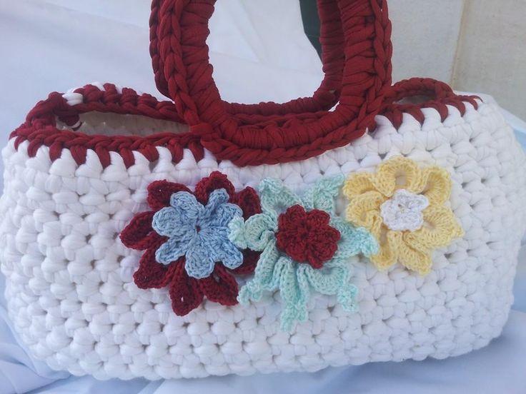 borsa in fettuccia con primavera di fiori interamente fatta a mano.