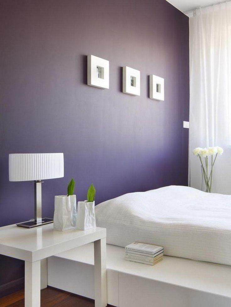 couleur de peinture pour chambre violet foncé, table chevet blanc laqué, lampe de chevet design et cadre décoratif