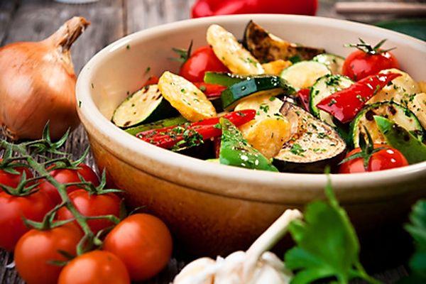 Na plechu v troubě pečená přílohová zelenina