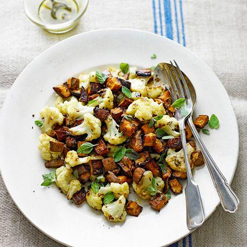 Deze salade zit barstensvol smaak door de kruiden, kappertjes en zoete aardappel. Heerlijk met een visje of stukje vlees!    1 Verwarm de ovenvoor op 200 ºC. Verdeel deblokjes zoete aardappelsamen met de komijn-...