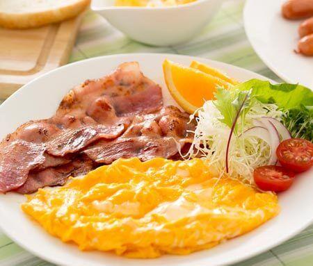 ダイエットをしたいなら【高タンパクな朝食】がマストです! 朝食、きちんと食べていますか? 忙しいことを言い訳に朝食を食べない人も多いのでは?でも朝食は高タンパクなものを食べるのが痩せる秘訣なんです。
