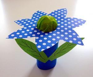 basteln-blaue-Blume-Toilettenpapierrolle
