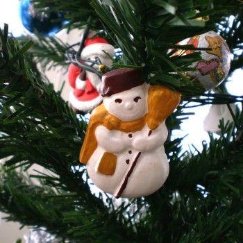 Om de zapada. Omul de zapada, simbolul iernii, este un ornament  lucrat manual, pe baza de ipsos, vopsit in  culori calde, prietenoase cu mediul inconjurator.http://www.decoratiuni-superbe.ro/Om-de-zapada-%20decoratiuni-handmade