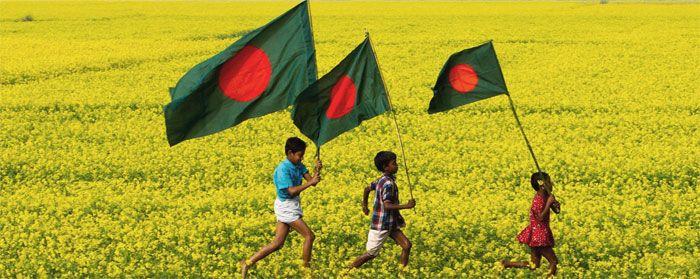 Niños bengalíes portando la bandera de su país