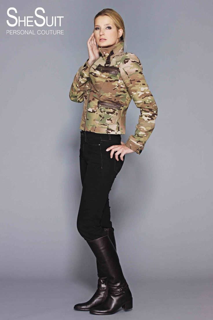 Model Mariel. Stoer doorgestikt legerjasje met leer. Dit stoere jasje met ritssluiting is afgewerkt met leren elementen in de kraag, de mouwen en de zakken.
