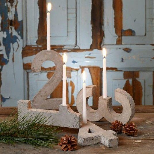 De fire tal, der tilsammen udgør en adventsstage, er hver enkelt støbt af beton i forme af papmache. En lysholder til lange, levende lys er støbt med på hvert tal.