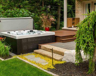 Allons au spa ! Coin spa, accès facile, patio de Trex, trottoir, marches, bordures, végétaux, éclairage.
