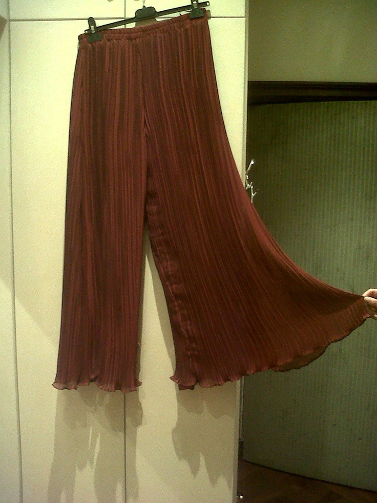 The famous chiffon of Lezley George London. Large evening cocktail pleated trousers