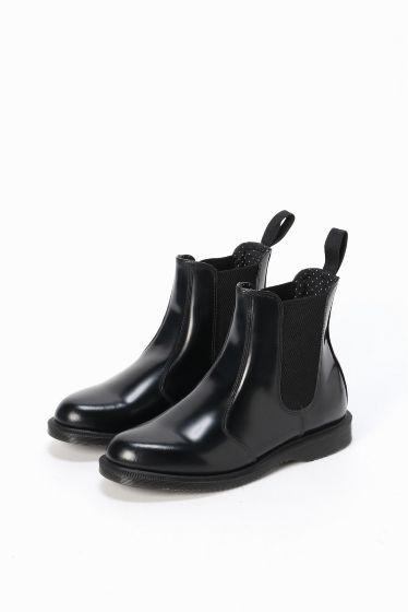 Dr.Martens CHELSEA BOOT  Dr.Martens CHELSEA BOOT 24840 シンプルで使いやすいシルエットでデイリーユースもしやすい一足 長く履けるデザインと着脱のしやすいサイドゴアがポイント Dr.Martens / ドクターマーチン クラウスマーチンズ博士によって開発されたラバーソールの靴から始まったブランド 独自のソールによる機能性とあらゆるファッションに合うコーディネイトできるデザイン性のフットウエアでカルチャーとファッションをリードし続けています 箱記載サイズと商品タグに相違がございますご了承ください 日本サイズはサイズチャートをご確認ください
