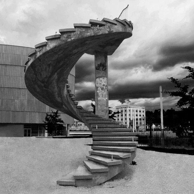 Escalier du Pont Churchill à Strasbourg. Il y avait autrefois un pont auquel était rattaché cet escalier. Aujourd'hui, seules ces marches sont encore présentes en souvenir de ce fameux pont. (Foto: Reprodução)