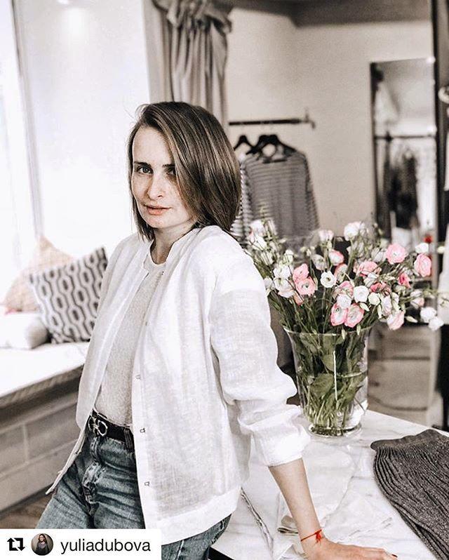 """Молодая мама -  всегда прекрасно . Вот и замечательный пример Юлия yuliadubova . Все успевает , быть внимательной мамой и женой , успешной бизнес-леди и просто открытым позитивным человеком 👍🏻 #Repost ・・・ Решила """"скинуть"""" себе пару лет вместе с имидж-студией bless_my_dress и стилистом по волосам dimademin 💇🏼 P.S. Теперь придётся чаще мыть голову, спасительный """"пучок"""" уже не сделать 😂🤦♀️ #goodmorning #beauty #андрейкучеренко #andreykucherenko  #стрижка #окрашивание #имидж…"""