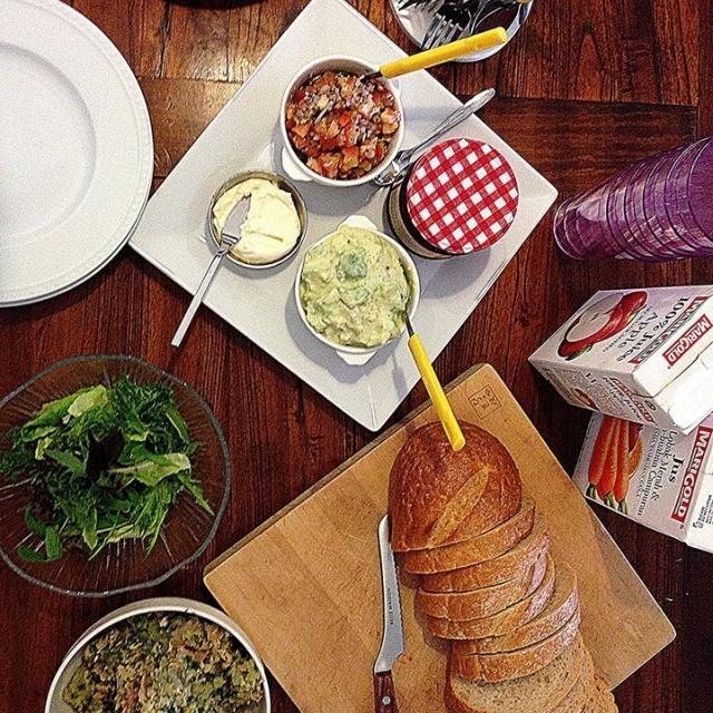 クリームチーズとトマトのブルスケッタ、アボカドとカニのブルスケッタ、ラズベリージャム。 - 89件のもぐもぐ - Bruschetta è mangiato a colazione.ブルスケッタでブランチ❤ by Yuka Nakata