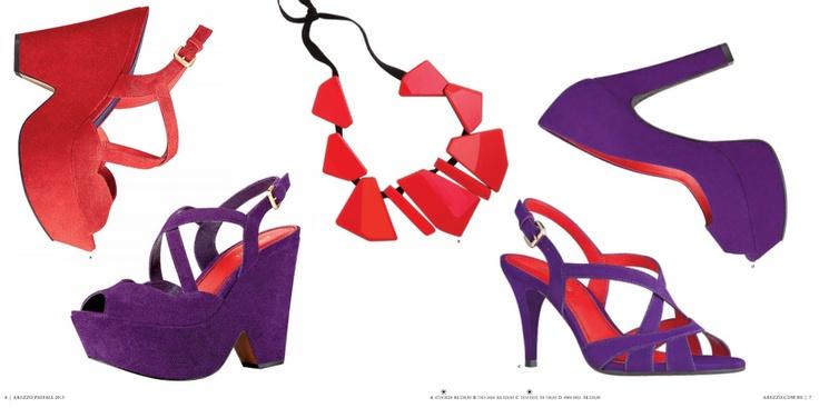 Roxo e vermelho: Sandálias, peep toe e maxi colar no Pre-Fall 2013 da Arezzo.
