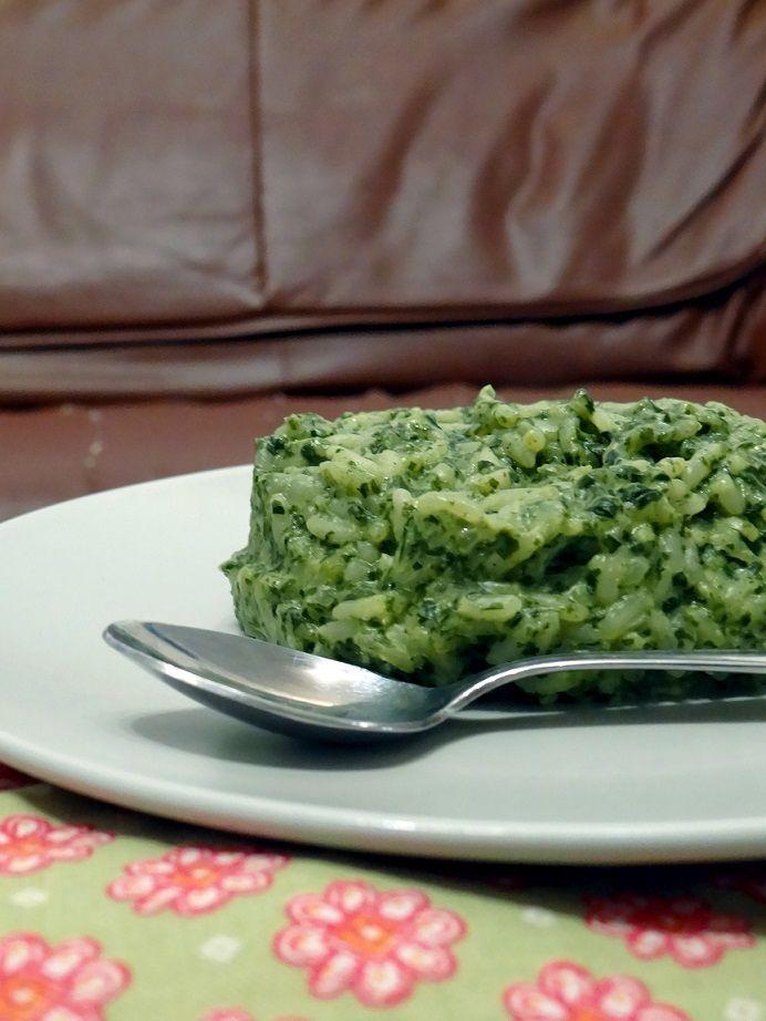Postup 1. Přebranou rýži propláchneme v sítku pod studenou vodou a scedíme. Cibuli očistíme a nakrájíme nadrobno. V hrnci na 1 lžíci oleje ji 2 minuty opékáme dosklovita. Promícháme roztlačený česnek a opékáme ještě 1 minutu. 2. špenát přidáme k cibuli a česneku a počkáme dokud se rozmrazí. Potom vsypeme rýži a mírně osolíme. Promícháme, necháme ještě 5 minut opékat a zalijeme horkým vývarem. Přikryté dusíme na mírném ohni doměkka asi 15 minut, dokud se tekutina neodpaří.Před odstavením…