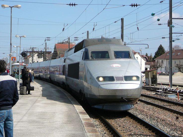 Franse spoorwegen gaan hogesnelheidstrein zonder machinist testen  Een autonoom rijdende trein zonder machinist is technologisch niet heel vernieuwend meer. In Londen rijdt al sinds eind jaren 80 een metro zonder bestuurder rond: de DLR. Maar een hogesnelheidstrein die met 300 km/u dwars door een land raast is wel andere koek dan een metro in een stad. In Frankrijk zijn ze plan om in 2023 te starten met het in gebruik nemen van autonome hogesnelheidstreinen.  In 2019 start de Franse…