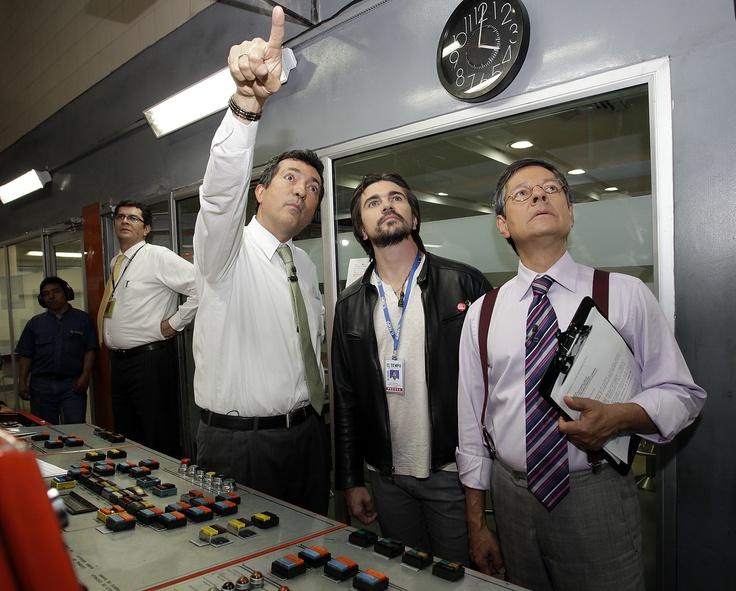 Ubaldo Vidal, gerente de operaciones de EL TIEMPO (izquierda), le muestra la rotativa a Juanes, quien estuvo muy acompañado por Darío Restrepo, director de CityNoticias.