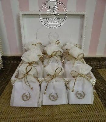 Lenços Masculinos de bolso ganham ares de sofisticação e graça em embalagens especiais!!!!Lenços masculinos com iniciais bordadas e embalados em sacos de organza off white com monograma dos ...