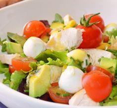 Un salade délicieuse pour dégonfler l'abdomen et purifier l'organisme Ingrédients  12 tomates cerises 1 concombre 10 petits dés de feta Un demi oignon rouge haché 1 poignée de persil haché 1avocat 1 cuillerée d'huile d'olive (30 g) 1 cuillerée de vinaigre de vin rouge (30 g) Du poivre noir selon les goûts