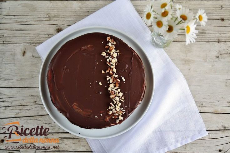 Una torta molto golosa composta da una base al cioccolato e nocciole, uno strato di bavarese alla vaniglia, il tutto ricoperto da una glassa al cioccolato. Da preparare il giorno prima.