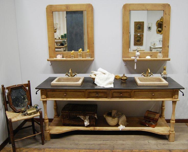Mobile da bagno in stile provenzale realizzato in abete antico decapato color tortora. Il piano è realizzato in stile industriale ed i lavabi sono in travertino spazzolato